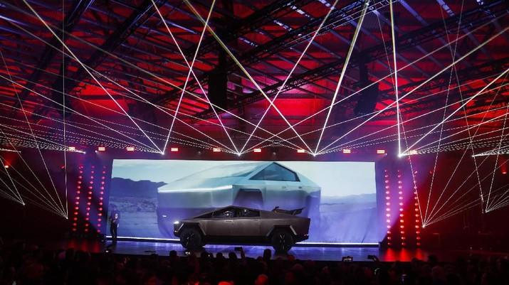 Tesla meluncurkan truk pick up futuristik di sebuah acara promosi di Los Angeles, tapi yang terjadi justru memalukan bagi Elon Musk.