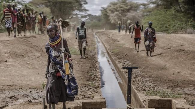 Terik matahari di Turkana, Kenya seolah jadi kawan sehari-hari komunitas setempat. Tak hanya bagi orang Turkana, wilayah ini pun dihuni para pengungsi. (Luis TATO / AFP)