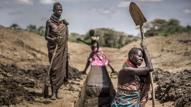 Para ibu tak begitu saja menelantarkan anak mereka. Ada dari mereka yang turut membawa anak saat menggarap ladang. (Luis TATO / AFP)