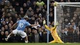 Sergio Aguero memiliki peluang untuk memperlebar keunggulan Man City, namun bola yang ditendangnya hanya menerpa mistar. (AP Photo/Rui Vieira)