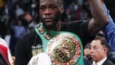 Wilder berpose dengan sabuk juara tinju kelas berat versi WBC. Kini petinju AS itu memiliki rekor tarung 42 kali menang dan sekali imbang. (AP Photo/John Locher)