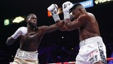 Wilder sempat kesulitan menghadapi Ortiz yang tampil baik dalam menyerang dan bertahan. (AP Photo/John Locher)