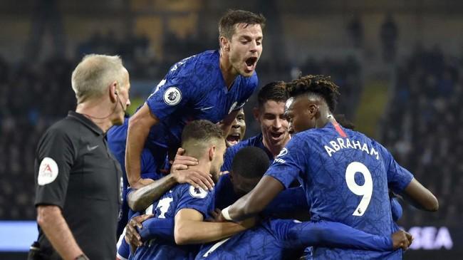 Gol Kante disambut dengan luapan kegembiraan para pemain The Blues. Tetapi keunggulan berkat gol Kante hanya bertahan delapan menit. (AP Photo/Rui Vieira)