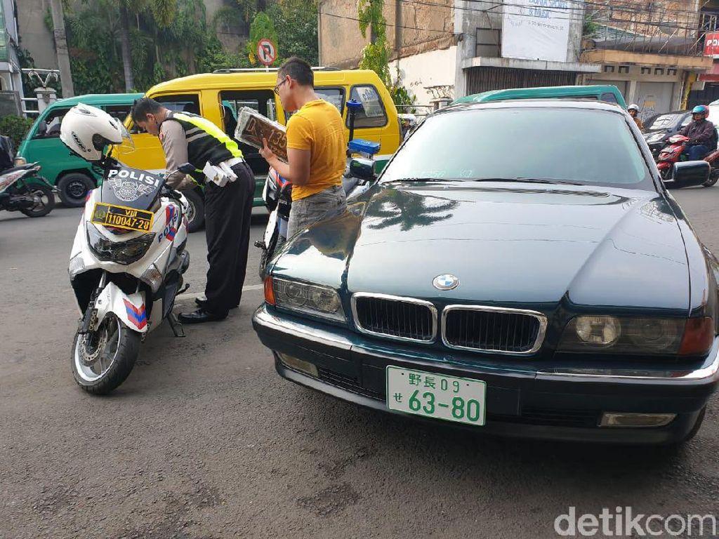 BMW Seri 7 Pakai Pelat Jepang, Ditilang Polisi Bandung