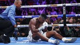 Ortiz berupaya bangkit, namun wasit memastikan petinju 40 tahun itu tak dapat melanjutkan pertarungan. (AP Photo/John Locher)