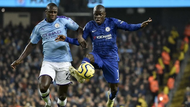 N'Golo Kante mengendalikan bola sebelum mencetak gol yang membuat Chelsea memimpin 1-0 atas Manchester City pada menit ke-21.(AP Photo/Rui Vieira)