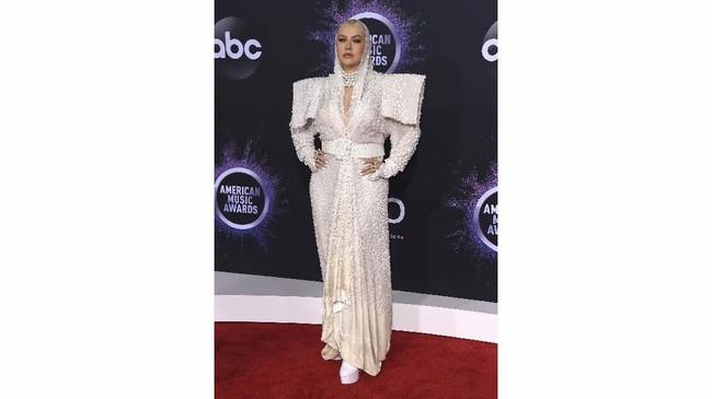 Christina Aguilera mungkin ingin tampil eksentrik dan futuristik, tapi ternyata malah terlihat aneh dan tak cocok untuk tubuhnya (Jordan Strauss/Invision/AP)