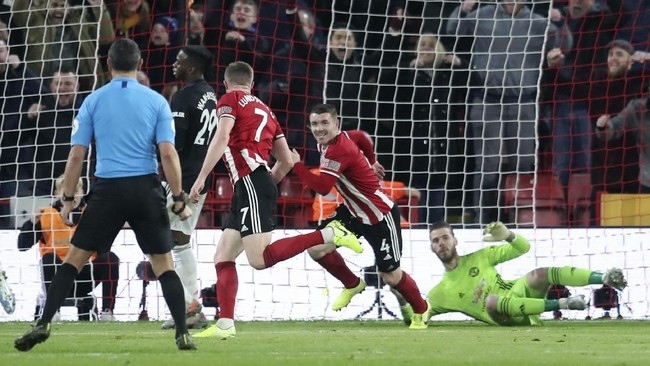 Gelandang Sheffield United's John Fleck mencetak gol pembuka tim atas Manchester United di babak pertama. Namun The Blades tidak bisa menjaga keunggulan sehingga harus puas bermain imbang 3-3 di laga tersebut. (AP Photo/Jon Super)