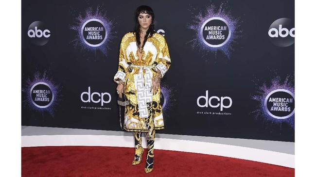 Kesha terlihat seperti Versace hidup. Dari atas sampai bawah semuanya Versace, tapi dia terlihat memakai jubah mandi.(Jordan Strauss/Invision/AP)