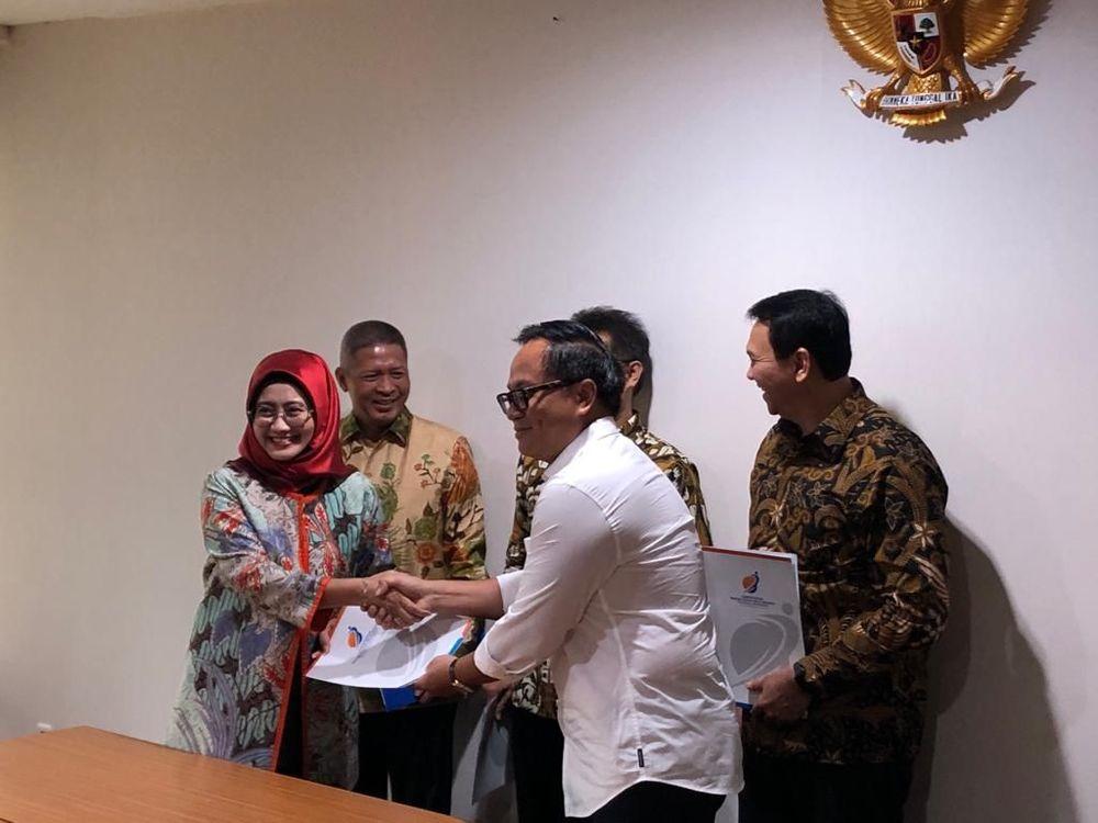 Penyerahan SK Menteri BUMN Erick Thohir yang diwakili Wakil Menteri BUMN Kartika Wirjoatmodjo kepada Komisaris Utama Pertamina Basuki Tjahaja Purnomo.