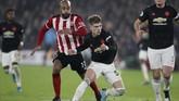 Bek muda Manchester United Brandon Williams mencetak satu gol ke gawang Sheffield United. Gol tersebut jadi yang pertama bagi pemain berusia 19 tahun bersama tim utama The Red Devils. (AP Photo/Jon Super)