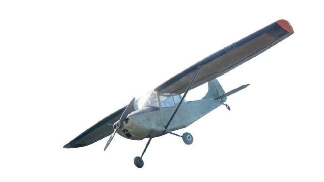 Pesawat Baling-baling Tersangkut di Kabel, Pilot Diselamatkan