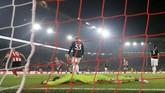 Penyerang Sheffield United's Oliver McBurnie mencetak gol yang membuyarkan kemenangan di depan mata Manchester United. Gol McBurnie membuat skor pertandingan menjadi 3-3 dan bertahan hingga laga usai. (AP Photo/Jon Super)