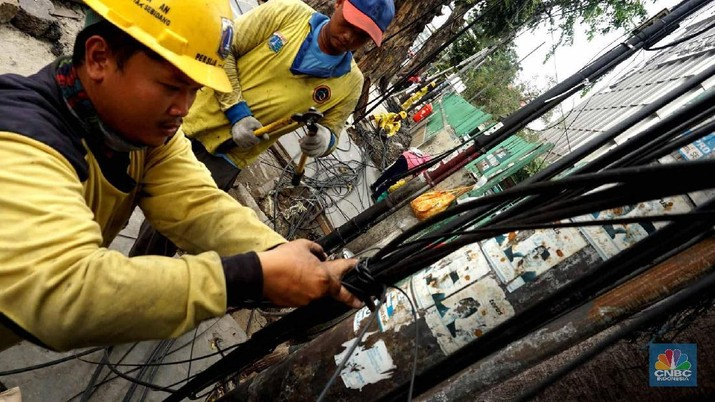 Dinas Bina Marga DKI Jakarta melakukan pemotongan puluhan jaringan kabel fiber optik (FO) dalam rangka penataan di pedestrian