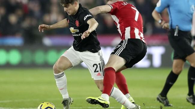 Pertarungan sengit terjadi di antara winger Manchester United Daniel James melawan bintang Sheffield United John Lundstram dalam laga yang berkesudahan 3-3 di Stadion Bramall Lane. (AP Photo/Jon Super)