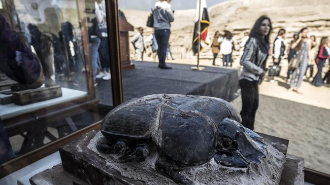 Patung scarab merupakan salah satu hewan yang langka dimumikan. (Photo by Khaled DESOUKI / AFP)