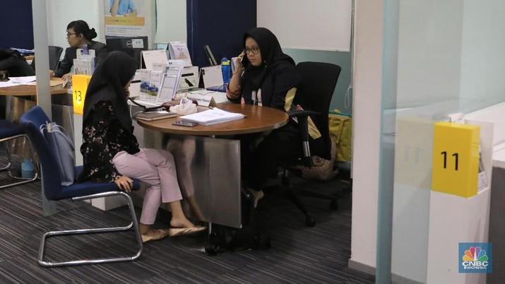 Meskipun layanan kanal elektronik milik bank saat ini lebih nyaman dan praktis, masih banyak nasabah memilih untuk bertransaksi langsung melalui kantor cabang.