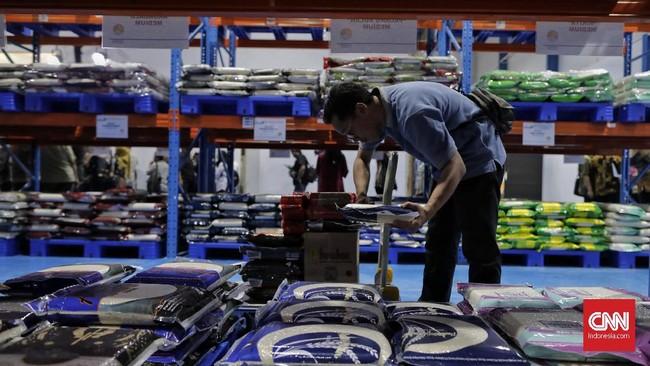 Petugas menyortir barang pesanan di Gudang Mall Pangan