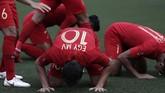 Egy dan pemain-pemain lainnya bersujud merayakan gol pertama Indonesia ke gawang Thailand. (AP Photo/Aaron Favila)