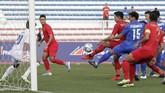Setelah tertinggal 0-1, Thailand coba menekan Indonesia namun lini pertahanantim Garuda Mudatampil rapat dan disiplin. (AP Photo/Aaron Favila)