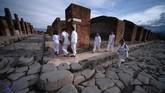 Pengunjung di area Via del Vesuvio yang berada dekat dengan reruntuhan pemandian air panas Pompeii. (AFP/Filippo Monteforte)