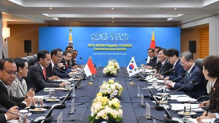 Bertemu Presiden Korsel, Presiden Jokowi menyambut baik peningkatan kerja sama ekonomi kedua negara.