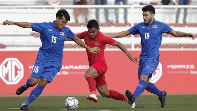 Thailand tak mampu membongkar pertahanan Indonesia dan lebih banyak melakukan tembakan jarak jauh. (AP Photo/Aaron Favila)