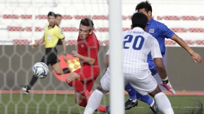 Egy Maulana Vikri berhasil mencetak gol cepat di menit keempat memanfaatkan kemelut di muka gawang.(AP Photo/Aaron Favila)