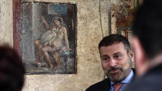 Bersamaan dengan area pemandian air panas, pengunjung dapat melihat lukisan dinding yang menggambarkan dewa Romawi Jupiter, yang menyamar sebagai angsa, menghamili sosok mitologis Yunani Ratu Leda. (AFP/Filippo Monteforte)