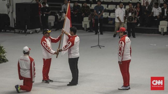 Upacara pengukuhan kontingen atlet Indonesia untuk SEA Games 2019 di Hall Bola Basket, GBK, Jakarta, Rabu (27/11). (CNN Indonesia/Bisma Septalisma)