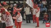 Para atlet satu per satu mencium bendera Merah Putih sebagai bentuk kesungguhan berjuang demi nama negara di SEA Games 2019. (CNN Indonesia/Bisma Septalisma)