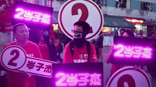 Badan Pemilihan Umum Kong Kong, Barnabus Fung mencatat 2,94 juta penduduk menggunakan hak pilihnya, meningkat 71 persen dari empat tahun silam. (Photo by Philip FONG / AFP)