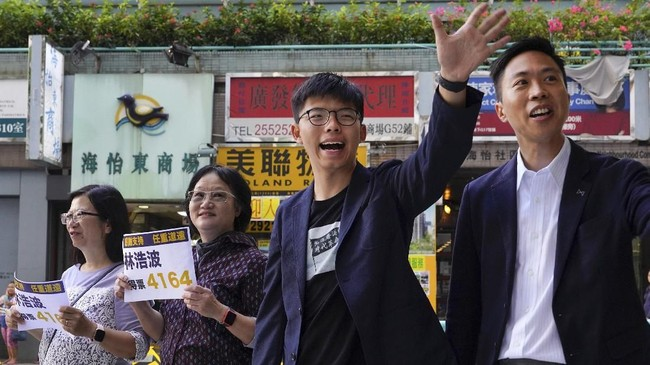 Kandidat calon anggota dewan memperebutkan 452 kursi. (AP Photo/Vincent Yu)