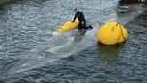 Aparat penegak hukum turut menangkap dua orang awak kapal asal Ekuador yang mencoba kabur. Sedangkan seorang lagi masih dalam pencarian. (Lalo R. VILLAR / AFP)