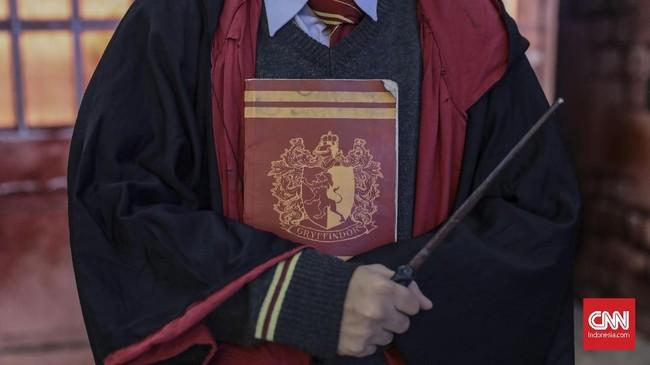 Jangan lupa juga untuk mendatangi stasiun kereta dengan Platform 9¾ yang mengantar ke Hogwarts.