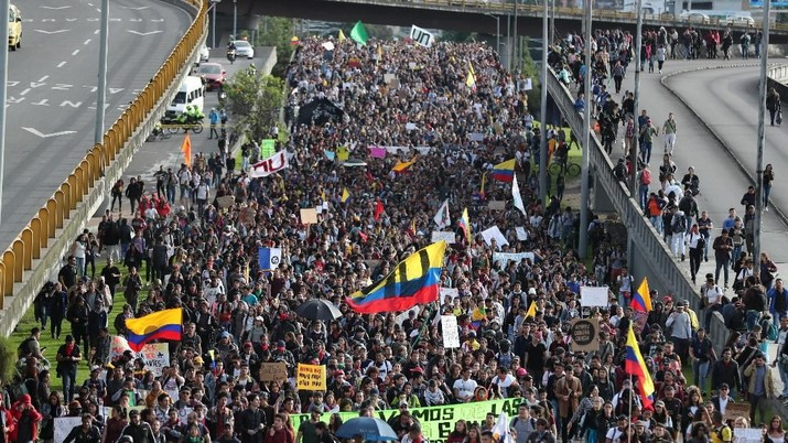 Masyarakat Kolombia melakukan demonstrasi anti pemerintah di Bogota, Kolombia Rabu (27/11/2019)