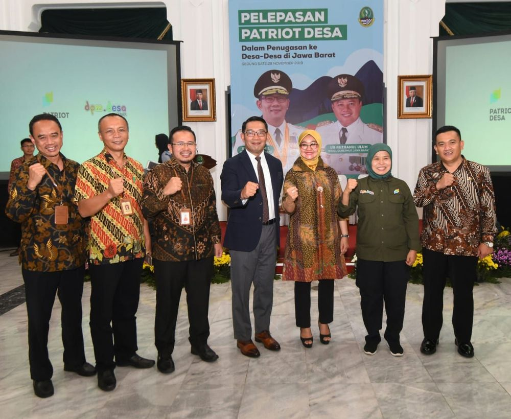 Ridwan Kamil melepas secara resmi 110 milenial yang lolos seleksi Patriot Desa pada seremoni di Aula Timur Gedung Sate, Kota Bandung.