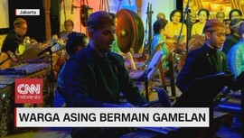 VIDEO: Warga Asing Bermain Gamelan