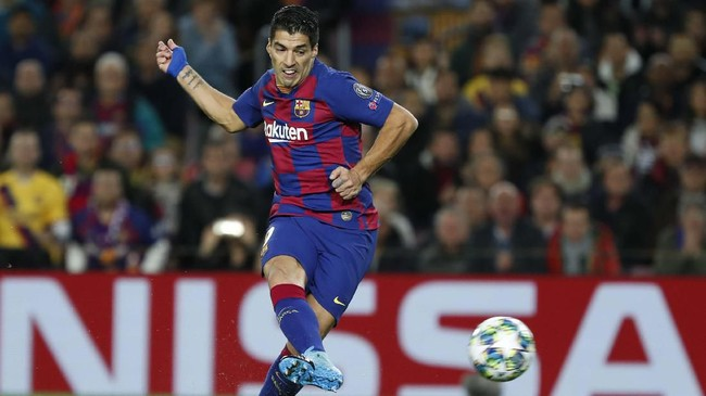 Barcelona membantai Borussia Dortmund 3-1 di Stadion Camp Nou. Luis Suarez membuka gol keunggulan melalui eksekusi penalti. (AP Photo/Joan Monfort)