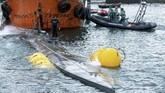 Kapal itu ditangkap pada Sabtu (23/11) pekan lalu. Aparat baru berhasil menaikkan kapal itu ke permukaan tiga hari kemudian. (Lalo R. VILLAR / AFP)