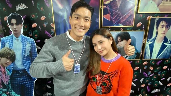 Choi Siwon meminta warga Indonesia untuk mengikuti akun Instagramnya lewat Story pasutri selebriti asal Indonesia, Raffi Ahmad dan Nagita Slavina.