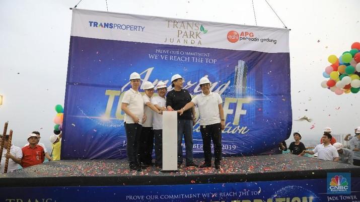Demi komitmen kepada konsumen, Transpark Juanda Bekasi menggelar topping off ceremony, Jumat (29/11/2019), untuk selesainya pembangunan Tower I.