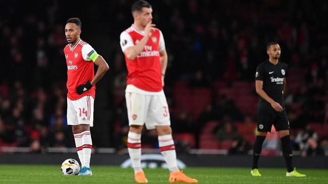 Striker Arsenal Pierre-Emerick Aubameyang (kiri) sempat mencetak gol pembuka di laga itu. Namun, The Gunners kebobolan dua gol dari Frankfurt. (Photo by DANIEL LEAL-OLIVAS / AFP)