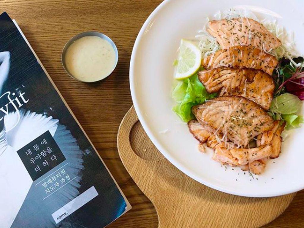 Sering kali Jee Won memamerkan makanan pilihannya di Instagram. Seperti ketika ia makan salmon panggang dengan sayuran dan dressing yang gurih creamy. Nyammm! Foto: Instagram love__lean