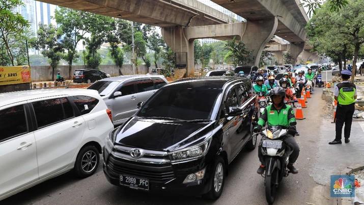 Suasana kondisi lalu lintas yang macet di depan Mal Ambasador, Jln. Prof. DR Satrio, Kuningan, Jakarta Selatan