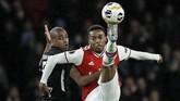 Gelandang tim tamu Gelson Fernandes (kiri) berusaha menahan gelandang Arsenal Joe Willock. (AP Photo/Matt Dunham)