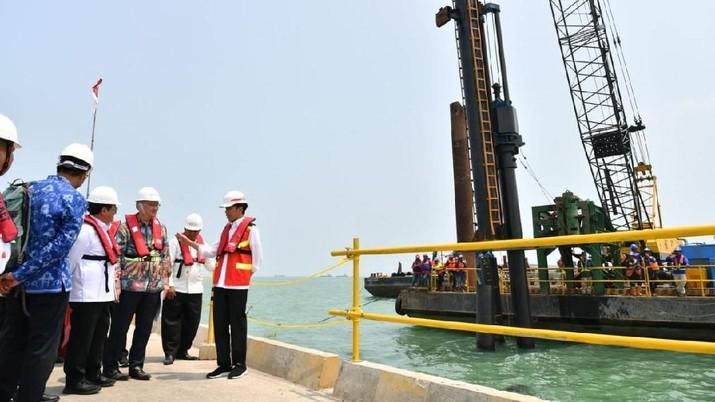 Ditemani Dua Stafsus Milenial, Jokowi Cek Pelabuhan Patimban/Laily Rachev - Biro Pers Sekretariat Presiden