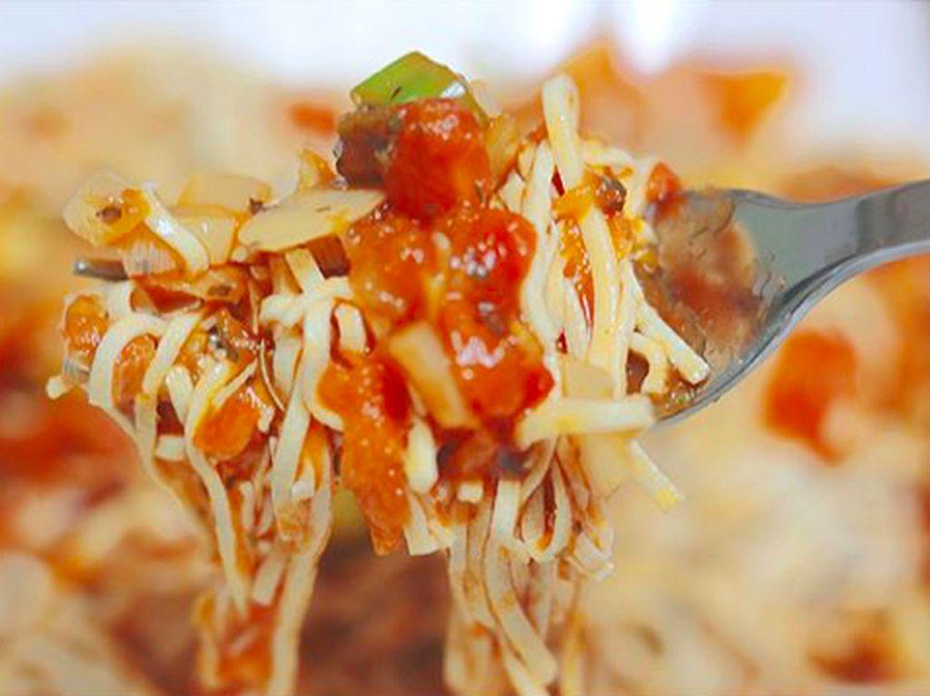 Siapa bilang makanan sehat tak enak? Jee Won membuktikannya lewat resep mie konjac dengan paduan tomat dan ragam sayuran lain. Foto: Instagram love__lean