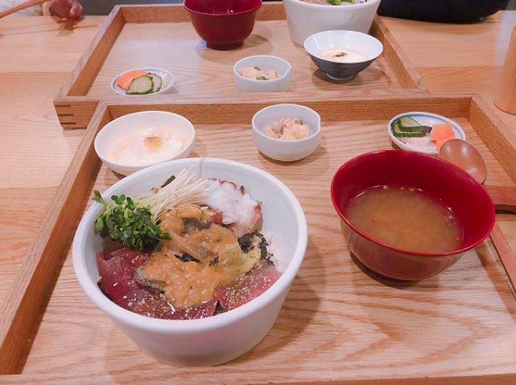 Jee Won tak melakukan operasi atau menempuh jalan pintas lainnya. Ia mengatur pola makan dengan makan 6 makanan berporsi kecil setiap hari. Ia tetap makan nasi, tapi sedikit dengan topping ikan mentah. Foto: Instagram love__lean