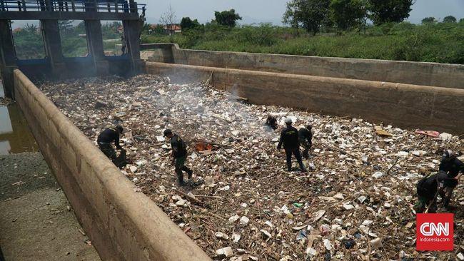 Tumpukan Sampah Sumbat Aliran Sungai Cikeruh Bandung